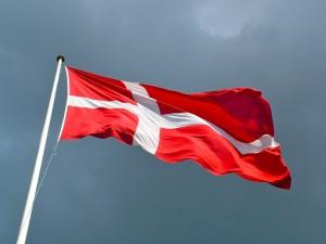 bandera-de-dinamarca-ondeando