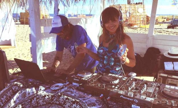 La modelo y actriz uruguaya Vitto Saravia pasando música en Playa Montoya