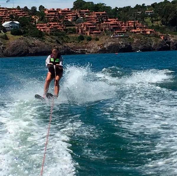 """La actriz """"China """" Suaréz, animándose al Ski en Punta Ballena"""