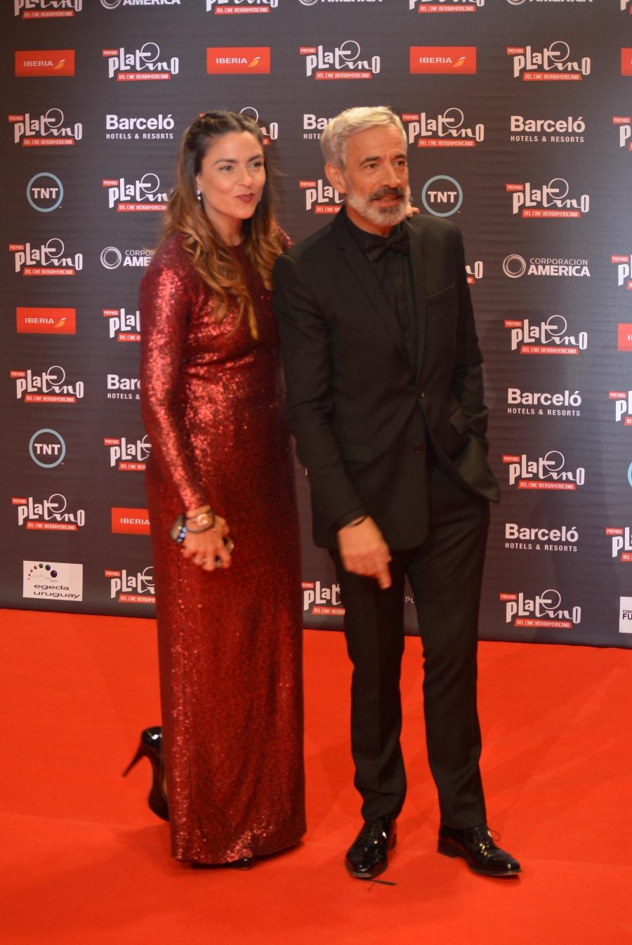 Actor Imanol Ariaz y su pareja la periodista Irene Meritzel.