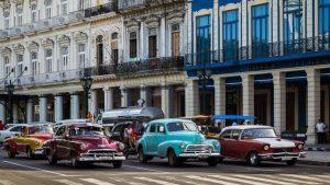 """Los llamativos autos antiguos, llamados """"almendrones"""" por los cubanos. Autos abandonados por los estadounidenses al huir de la revolución y utilizados hasta hoy día."""