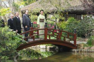 Princesa Imperial Takamado de visita con comitiva en el Jardín Japonés de Montevideo.